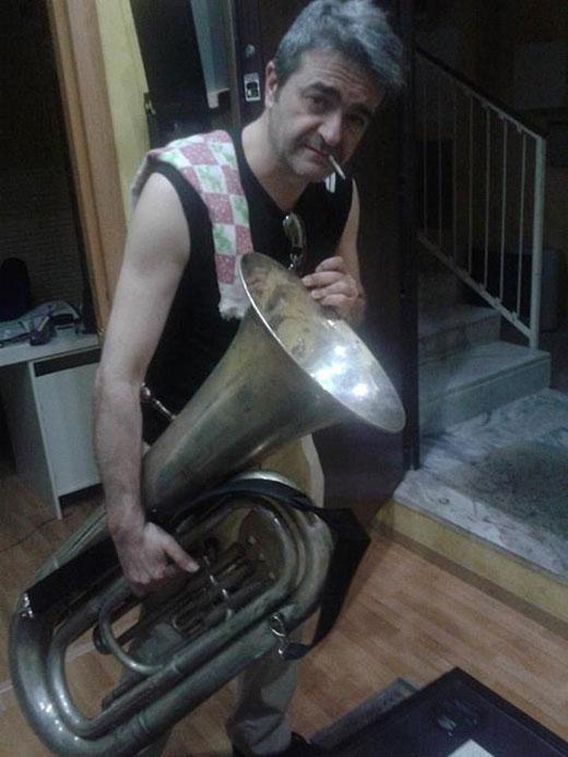 Guido Giacomini nel disco si alterna al basso tuba e al contrabbasso