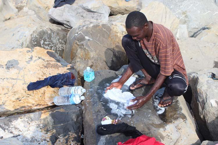 I vestiti si lavano sulle rocce, utilizzando l'acqua delle bottiglie