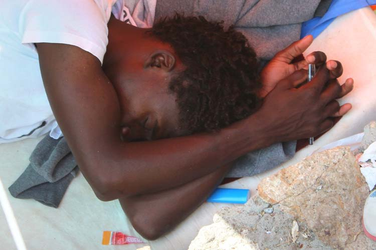 Un ragazzo si è addormentato con la penna in mano. Una preghiera