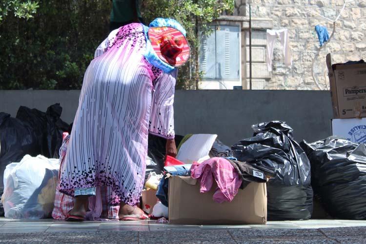 Una signora di circa 60 anni, in cerca di vestiti