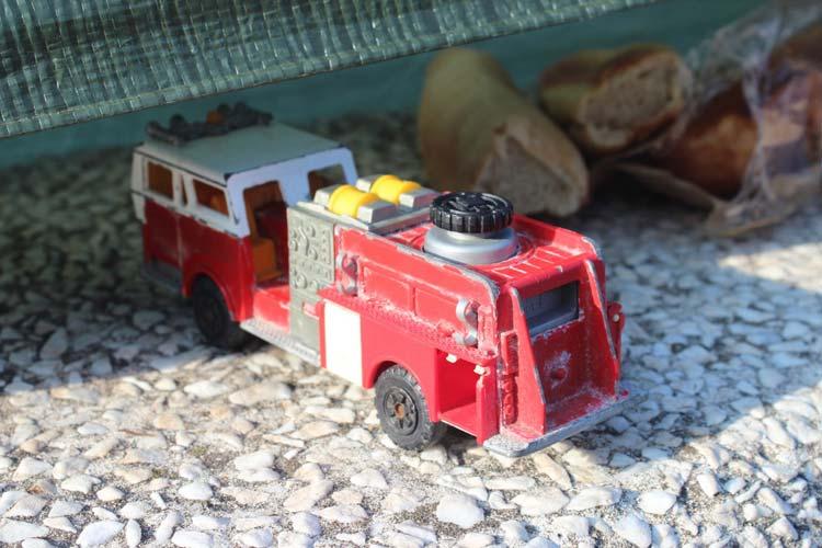 Il giocattolo abbandonato da un bambino, a fianco di un pezzo di pane