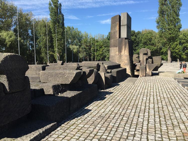 Il monumento alla memoria delle vittime.