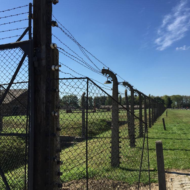 Le dimensioni del campo erano di circa 2,5 km per 2 km ed era circondato da filo spinato elettrificato usato da alcuni prigionieri, stremati dalla impossibili condizioni di vita – addirittura peggiori di quelle di Auschwitz e di Monowitz -, per suicidarsi (nel gergo del campo: «andare al filo»).